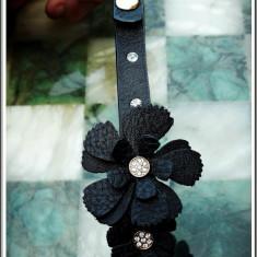 AuX: Frumos COLIER de dama confectionat din imitatie de piele, decorat cu flori si tinte, stare foarte buna! - Colier fashion