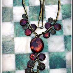 AuX: Superb COLIER fashion de dama, NOU, handmade, margele cu sclipici si imitatii de moneda din alama cu Regina Victoria / Sf. Gheorghe pe sfoara!