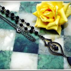 AuX: Frumos COLIER fashion confectionat din margele fatetate pe lantisor metalic si medalion de aluminiu!