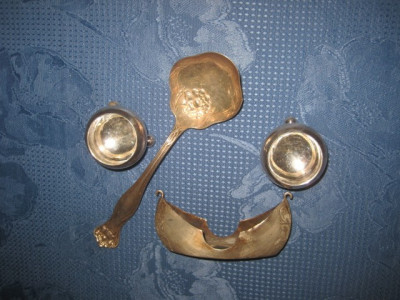 Set vechi miniaturi decor vitrina din metal argintat. foto