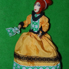 DD - Jucarie decor femeie in costum epoca (opera), hand-made, deosebita, 29 cm - Papusa de colectie