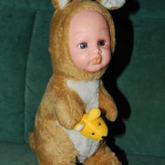 Jucarie plus copil imbracat de cangur, fata de cauciuc, fata si ochii expresivi - Jucarii plus