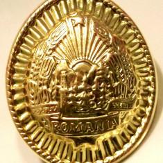 ROMANIA CUC BONETA STEMA MILITAR IN TERMEN RSR CA NOU NEFOLOSIT ** - Insigna, Romania de la 1950