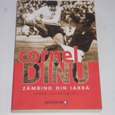 """Carte fotbal - """"Zambind din iarba"""" de Cornel Dinu (Dinamo BUCURESTI)"""