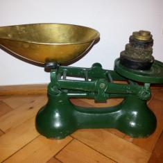 Cantar vechi englezesc, din fonta cu talere din alama si 5 greutati - Cantar/Balanta