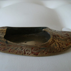 Pantof-scrumiera din alama aurita, emailat, made in India, stare perfecta.