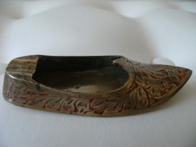Pantof-scrumiera din alama aurita,emailat,made in India,stare perfecta. foto