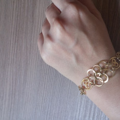 Bratara din metal auriu, Femei