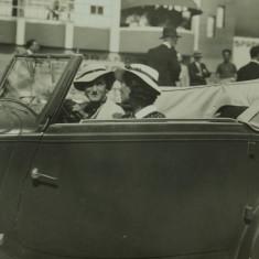 Fotografie veche - masina de epoca cu femeie la volan !