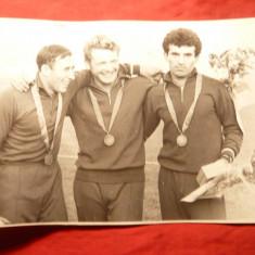 Fotografie cu 3 Sportivi medaliati -1 roman dinamovist si 2 rusi