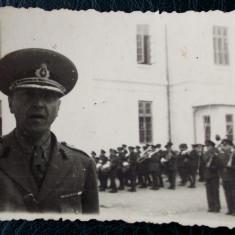 FOTOGRAFIE REGALISTA ROMANIA OFITER / MILITARI IN UNIFORMA CU ARME IN BRASOV ** - Fotografie veche