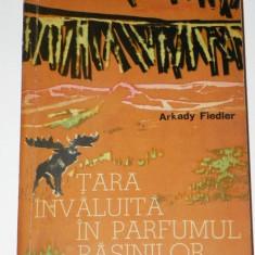 TARA INVALUITA IN PARFUMUL RASINILOR - ARKADY FIEDLER - Carte Geografie