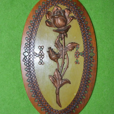 D- Placheta/aplica vintage romaneasca cu trandafir arama  pe suport lemn anii 70