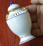 Vas / urna portelan fin cu capac Wellington Castle - Royal Class Porcelain !!!