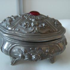 Cutie de bijuterii, veche , stil barok, alama si piatra rosie pe capac, de decor