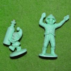 Lot 2 figurine miniaturi plastic verde deschis, astronaut / cosmonaut + pitic - Miniatura Figurina