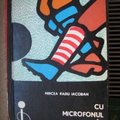 Carte de sport - Cu microfonul in buzunar de Mircea Radu Iacoban - Carte sport