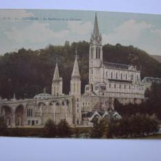 Carte postala necirculata LOURDES - La Basilique et le Cavlaire, anii 1920 - Carte postala tematica, Printata, Franta