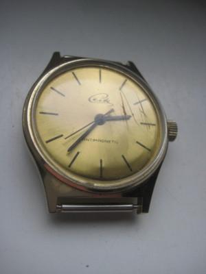 CEITE antimagnetic- UMF RUHLA-ceas vechi mecanic barbatesc in metal auriu si cadran auriu. foto