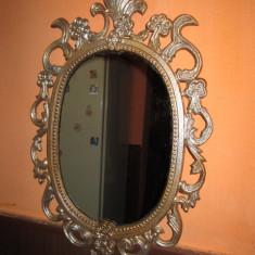 Oglinda perete metalica veche stil Rococo in metal bronzuit si pulbere argintie - Arta din Sticla
