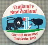 1889 INSIGNA  - ENGLAND V NEW ZEELAND - CORNHILL INSURANCE -TEST SERIES 1983 -MEMORABILA INTRECERE DE CRICKET ANGLIA-NOUA ZEELANDA-starea care se vede