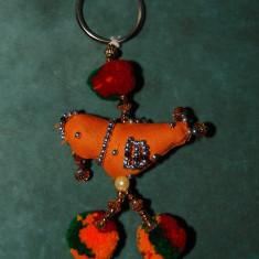 Breloc din India, suvenir, cu pasare executat din material textil, ate si margele, 9cm brelocul + 3 cm inelul pentru chei - Breloc Dama