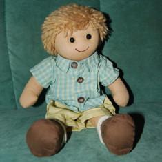 Papusa din material textil, baietel cu ochi de margea, gura brodata, camasa cu nasturi, pantaloni de blugi bej, sosete ; 30 cm, decor, colectie,