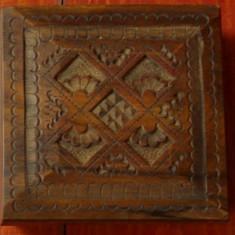 Cutie - caseta patrata din lemn cu incrustatii ornamentale - marcaj !!!