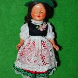 Papusa /papusica etno, costum traditional austriac (tirolez, german), fetita, plastic, 18cm, cu ochi care se dechid si inchid, colectie, vechi, vintag