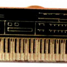 T2. INSIGNA TIP PIN MUZICA PIAN KEYBOARD YAMAHA - dimensiune 38 x 13 mm **