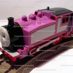 TOMY/TrackMaster trenulet baterii jucarie - Thomas locomotiva ROSIE cu 2 vagoane, Plastic, Unisex