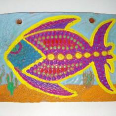 Placheta decorativa din teracota pictata manual reprezentand un peste exotic