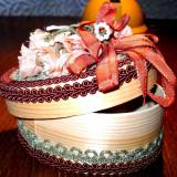 Cutie bijuterii decorata cu motive textile
