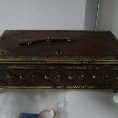 Deosebita cutie/lada de bijuterii, veche, modele in basorelief, din alama, stare perfecta, cadou breloc. - Cutie Bijuterii