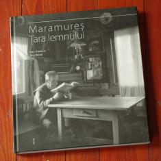 Carte - album fotografic - fotografie alb negru - Maramures / Tara lemnului - fotograf Dan Dinescu si text de Ana Barca - Ed Ad Libri !!! - Carte Fotografie