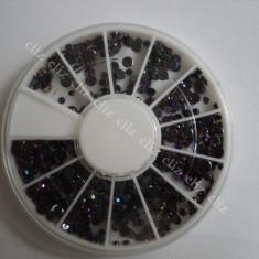 Rotita Carusel strasuri negre cu reflexii multicolore in 3 marimi pentru unghii