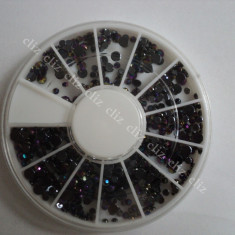 Rotita Carusel strasuri negre cu reflexii multicolore in 3 marimi pentru unghii - Model unghii
