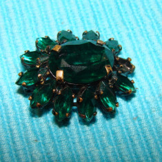 Brosa veche prevazuta cu pietre semipretioase ce imita smaraldul