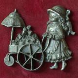 Decor deosebit - statueta din cositor pe suport din material textil - vintage !! - Sculptura