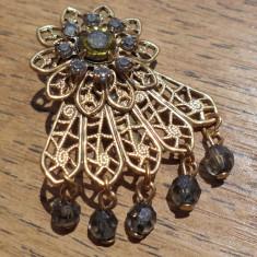 Brosa filigranata, auriu antic cu strasuri