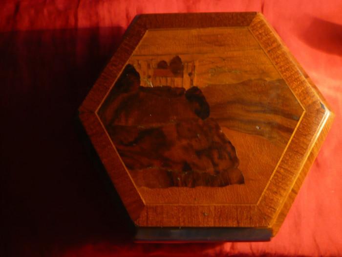 Caseta Bijuterii din lemn cires , cu peisaj in furnir , inc.sec.XX ,D.baza =18cm