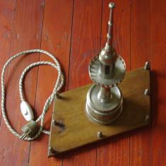 Far masiv din bronz cu suport din lemn si bec - veioza de veghe realizata manual - Arta din Metal