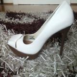 Pantofi superbi peeptoe Bershka albi, marimea 36
