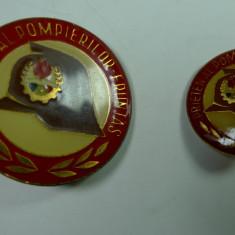 INSIGNE PIONIER - PRIETEN AL POMPIERILOR -FRUNTAS - 2 VARIANTE - LOT DE 2 BUCATI - Insigna, Romania de la 1950