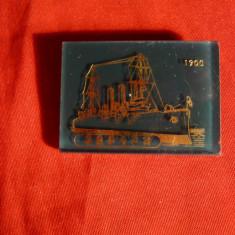 Insigna - Nava Europa 1900 ,metal , rasina ,gravat cu aur , 3,5x2,5 cm