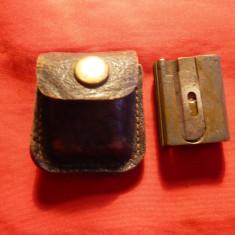 Ascutitoare fier veche Juwel Heka ,in etui original piele - 2,5x2x1 cm