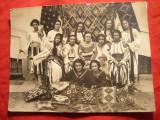 Fotografie - Grup de Fete in Costum National la Standul Romanesc
