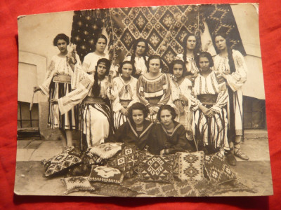 Fotografie - Grup de Fete in Costum National la Standul Romanesc foto
