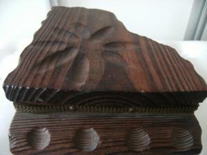 Deosebita cutie de bijuterii sub forma de pian din lemn, veche, margine alama, stare perfecta, de colectie/decor.