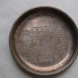 Frumoasa farfurioara cu patina din alama argintata, avand gravat in centru o cladire (2)